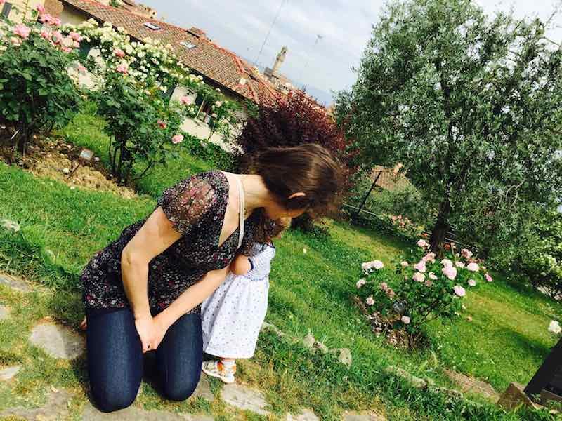 Margherita Artemisia guarda le rose, sullo sfondo Firenze. Bellezze, odori, amori.