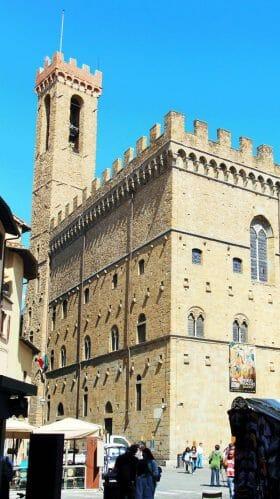 Il Palazzo visto da Piazza San Firenze