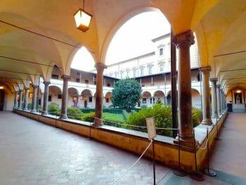 Il meraviglioso Chiostro dei Canonini della Basilica