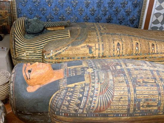Altri oggetti importanti nei quali ci imabbiatmo sono i sarcofagi egizi che Stibbert acquistava da antiquari.