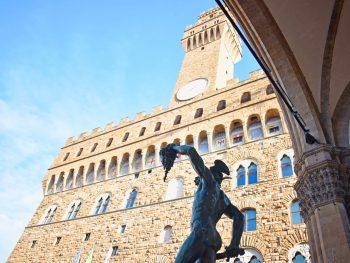 Palazzo Vecchio, già Palazzo dei Priori, è il cuore politico di Firenze da prima dell'avvento dei Medici. Si affaccia su Piazza della Signoria, unitamente al percorso museale ospita ancora oggi il Comune di Firenze.
