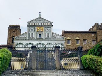 La Basilica di San Miniato al Monte, con a fianco il Palazzo dei Vescovi e la Torre con la Bandiera del Popolo